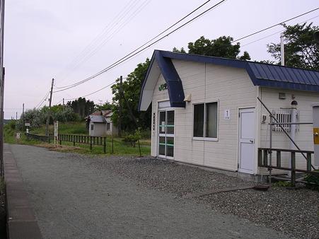 兜沼駅ホームと駅舎