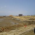 写真: 津波の被害 かろうじて残った家