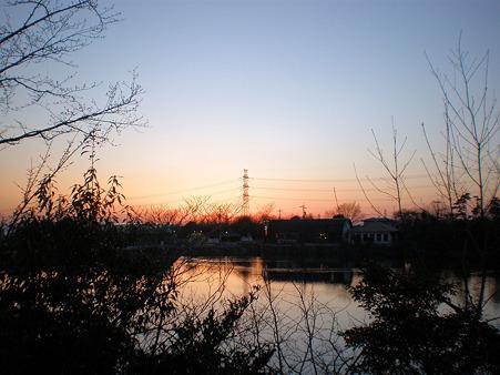 池と鉄塔と夕焼け(春日井市大泉寺町)