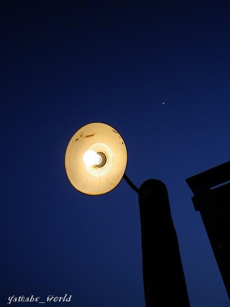 Photos: 傘電と月