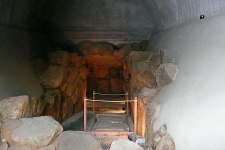ライトが点く平林古墳石室