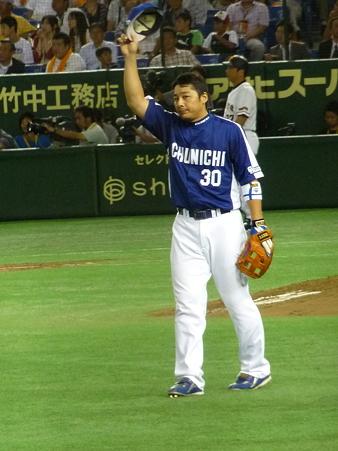 手を上げて声援に応える森野選手。