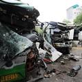 写真: 武漢での交通事故 バストミキサー車 (1)