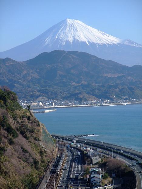 Photos: 薩埵峠から見る東海道本線と富士山