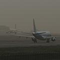 黄砂の中JAL離陸