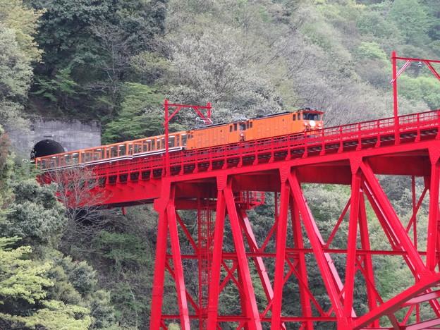 橋を渡るトロッコ電車
