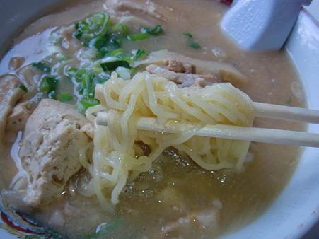 みさと食堂 とん汁ラーメン 麺アップ