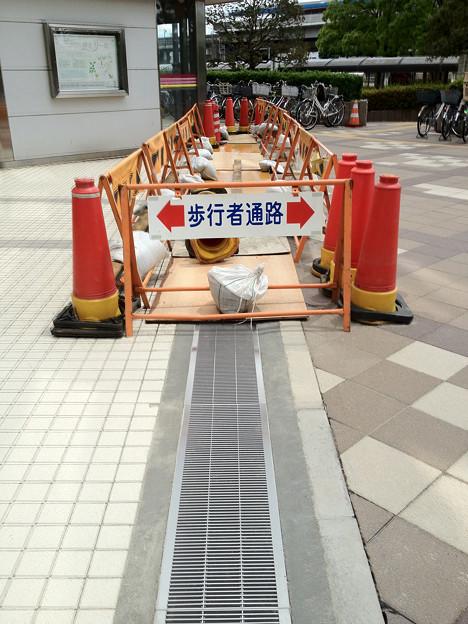 液状化で陥没したグレーチングの復旧工事 検見川浜駅前