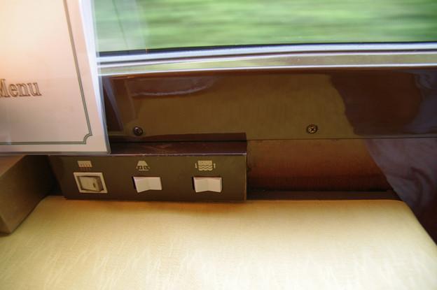 s6995_トワイライトエクスプレス_食堂車窓際のスイッチ