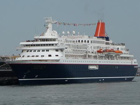 100322-大桟橋 客船2隻 (149)