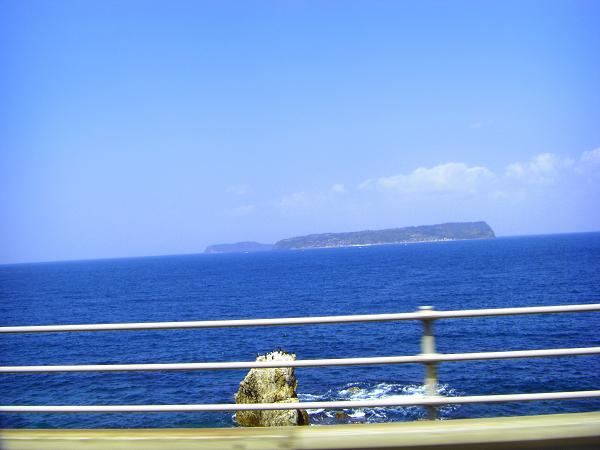 青い海に島がぽっかり