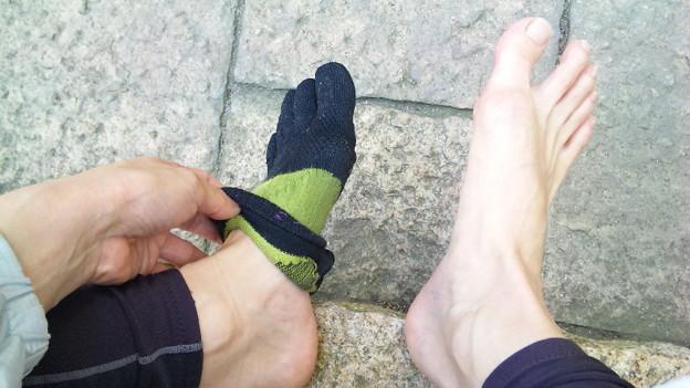 べしょべしょ過ぎて外で靴靴下ぬぐ