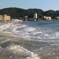 写真: 逗子海岸あごう。葉山方面を...