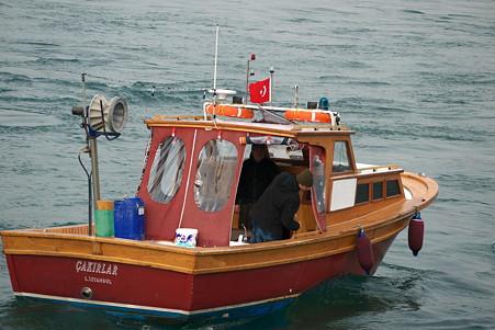 2011.01.28 トルコ イスタンブル ボスフォラス海峡クルーズ-漁船