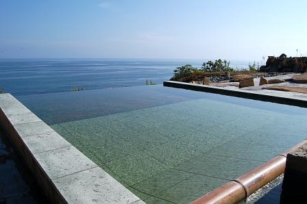 太平洋と一体化する露天風呂