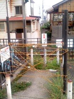 稲村ガ崎の閉鎖踏切(7月7日)