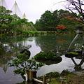 写真: 兼六園 徽軫灯籠と唐崎の松雪つり 霞ヶ池