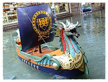 運河に浮かぶ船